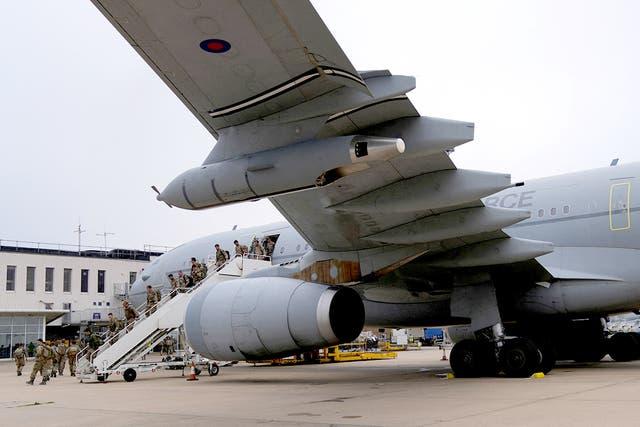 Lede van die Britse weermag 16 Air Assault Brigade stap na die lugterminaal nadat hulle 'n Royal Airforce Voyager -vliegtuig by Brize Norton afgelaai het, Oxfordshire