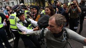 ロンドンのエクスティンクションレベリオンのメンバーによる抗議中に、警察署が自然史博物館の外のクロムウェルロードでデモンストレーターと喧嘩している