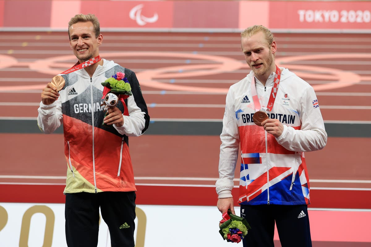 Jonnie Peacock shares bronze in spectacular T64 100m