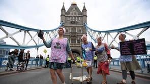 エクスティンクションレベリオンの抗議者がロンドンのタワーブリッジでお茶会を開く