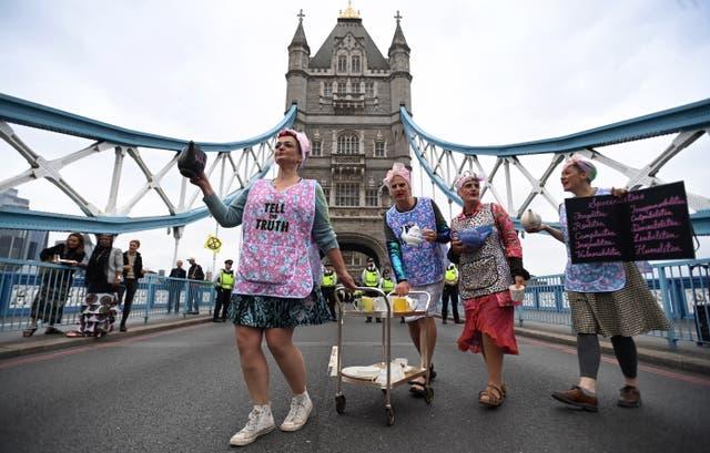 Betogers van Extinction Rebellion hou 'n teeparty op Tower Bridge in Londen