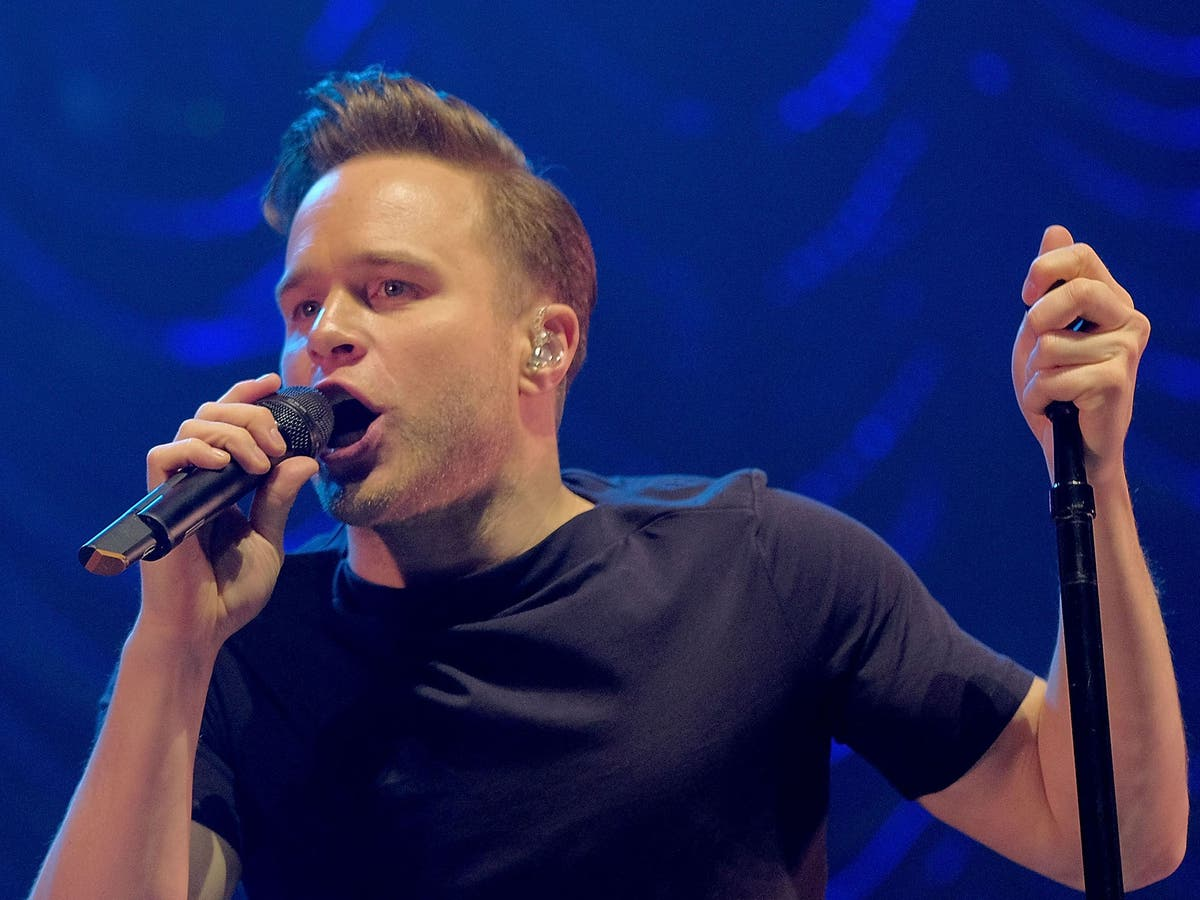 Fans praise Olly Murs after singer pauses concert to help young girl having a seizure