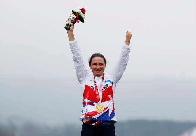 Goue medaljewenner Sarah Storey van Brittanje vier op die podium
