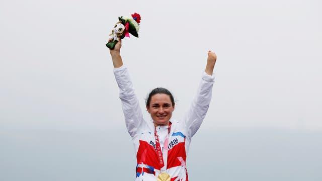 英国の金メダリスト、サラ・ストーリーが表彰台で祝う