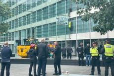Rébellion d'extinction: Climate protesters scale offices of HS2-linked insurance firm in City of London
