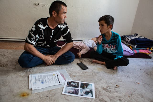 Abdulkerim Buhri (35) with his son Fazil Ahmed (8) and nephew Mohammad (18 月). Fazil lost his arm when their house was hit by a mortar 1 and half years ago