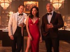 德韦恩·约翰逊, 盖尔·加朵, 瑞安雷诺兹在 Netflix 预告片中对峙