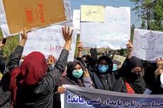 タリバンに抗議して女性が詠唱する: 'Don't be afraid, 私達は一緒'