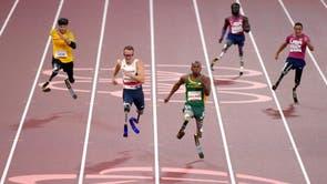 南非的恩坦多·马兰古 (中心) 赢得男子组 200 米 T61 决赛领先于第二名的英国选手理查德·怀特黑德在东京 2020 残奥会