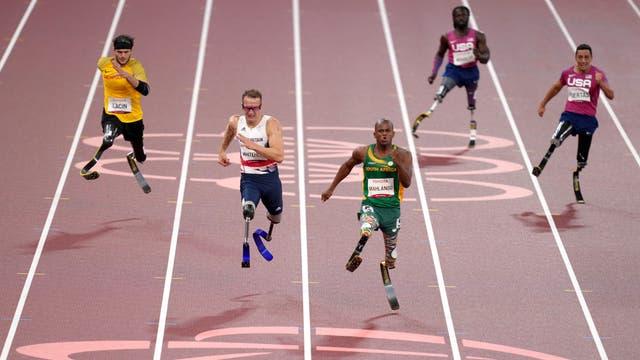 Suid -Afrika se Ntando Mahlangu (sentrum) wen die mans 200 meter T61 -eindstryd voor die tweede geplaasde Groot -Brittanje Richard Whitehead op die Tokio 2020 Paralimpiese Spele