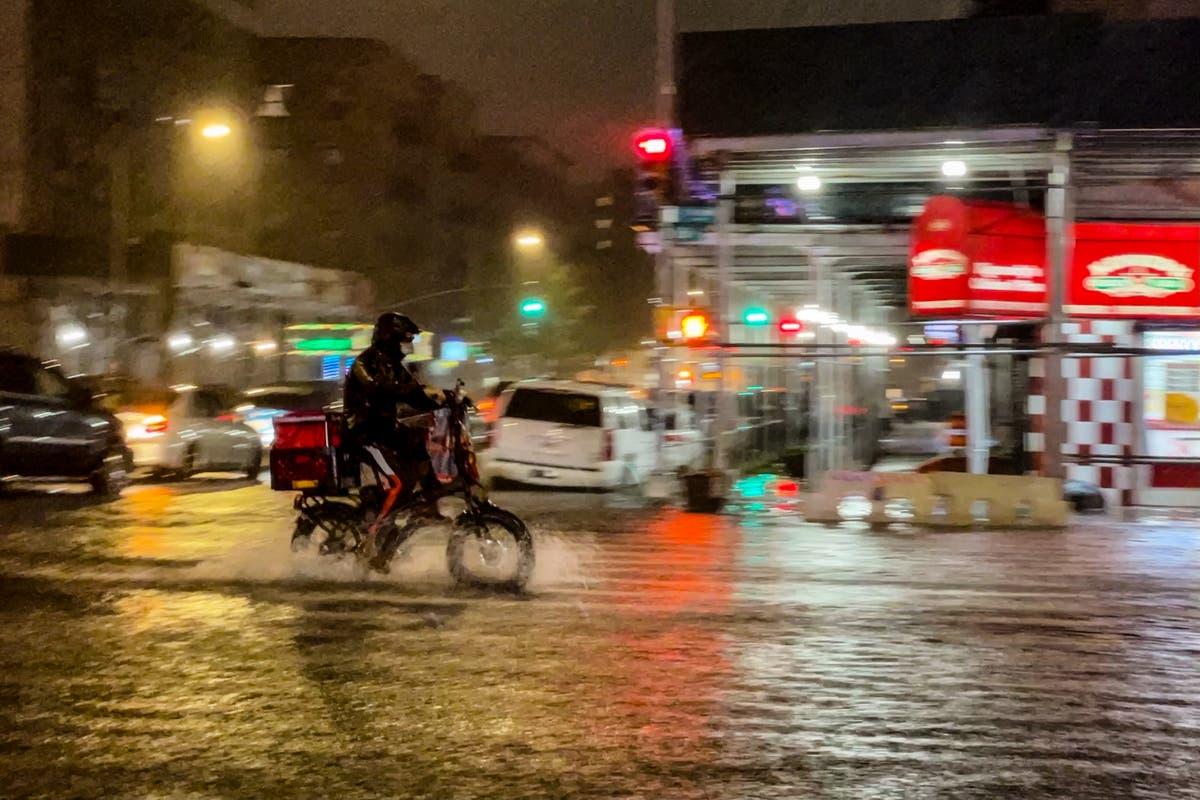 致命的な洪水を乗り越えて働くニューヨークの「配達員」は、職場の保護を要求します