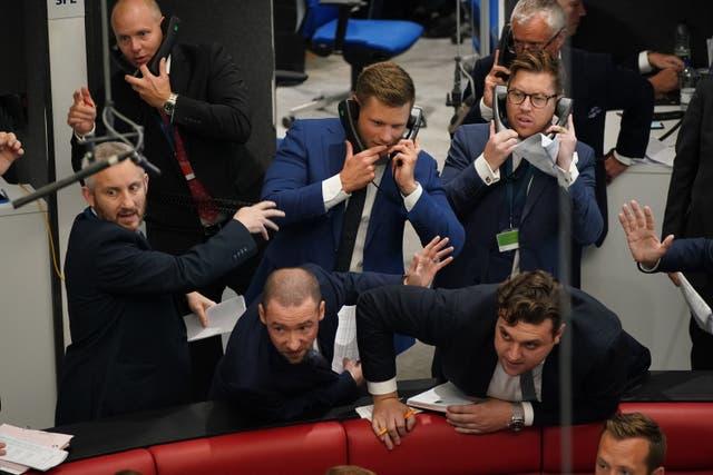 Handelaars in die ring by die London Metal Exchange, in die City of London, nadat openhartige handel vir die eerste keer sedert Maart teruggekeer het 2020, toe die ring tydelik gesluit is weens die pandemie