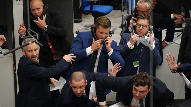 伦敦金属交易所的交易员, 在伦敦市, 自3月以来首次公开喊价交易回归后 2020, 当环因大流行而暂时关闭时
