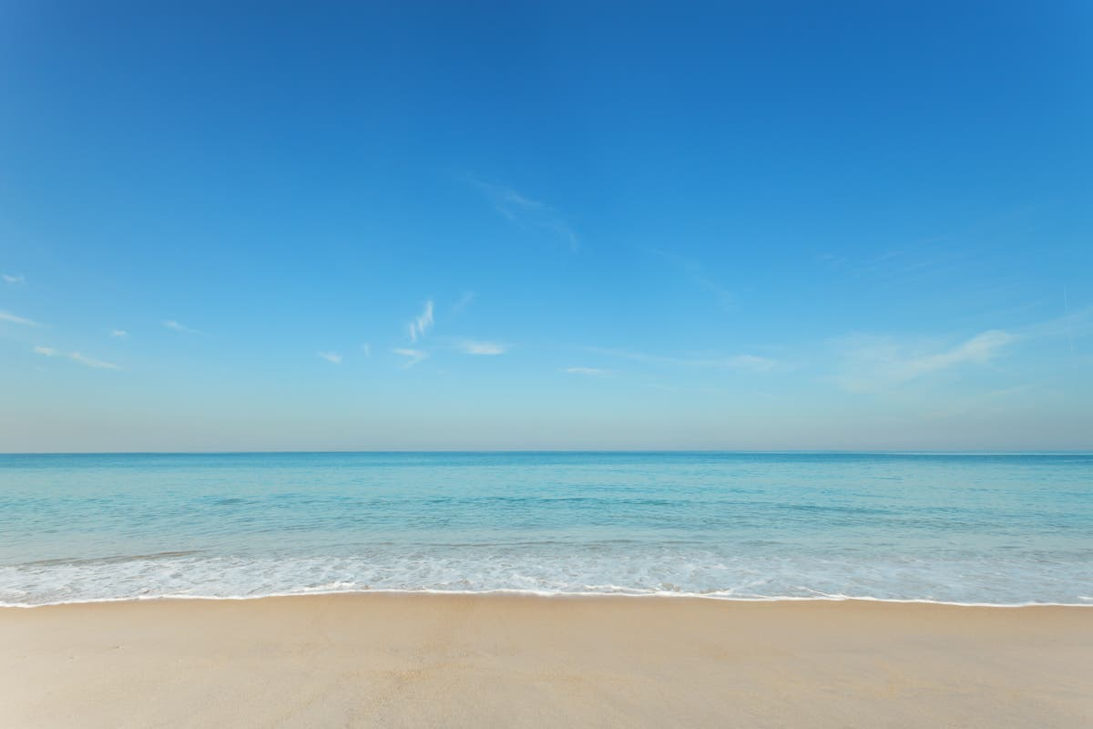 Looking at blue skies and sea views can help improve body image, estudo sugere