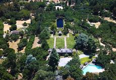 Theranos: Elizabeth Holmes living on grounds of $135m Silicon Valley estate during trial, relatório diz