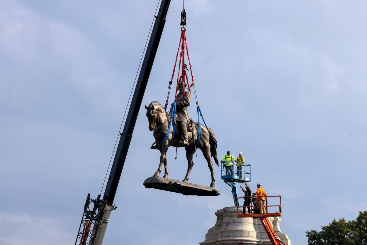バージニア州の州都でロバートEリー像が撤去されると群衆が歓声を上げる