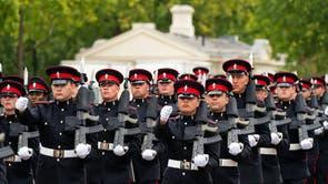 Troepe uit Wiltshire gebaseer 4 Armoured Close Support Battalion Royal Electrical and Mechanical Engineers tydens finale inspeksie by Wellington Barracks in Londen, voordat hulle troepe aan die Queen's Guard verskaf