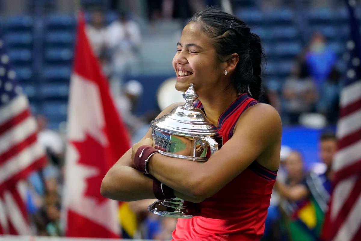 Emma Raducanu recebe troféu do US Open após triunfo sem precedentes