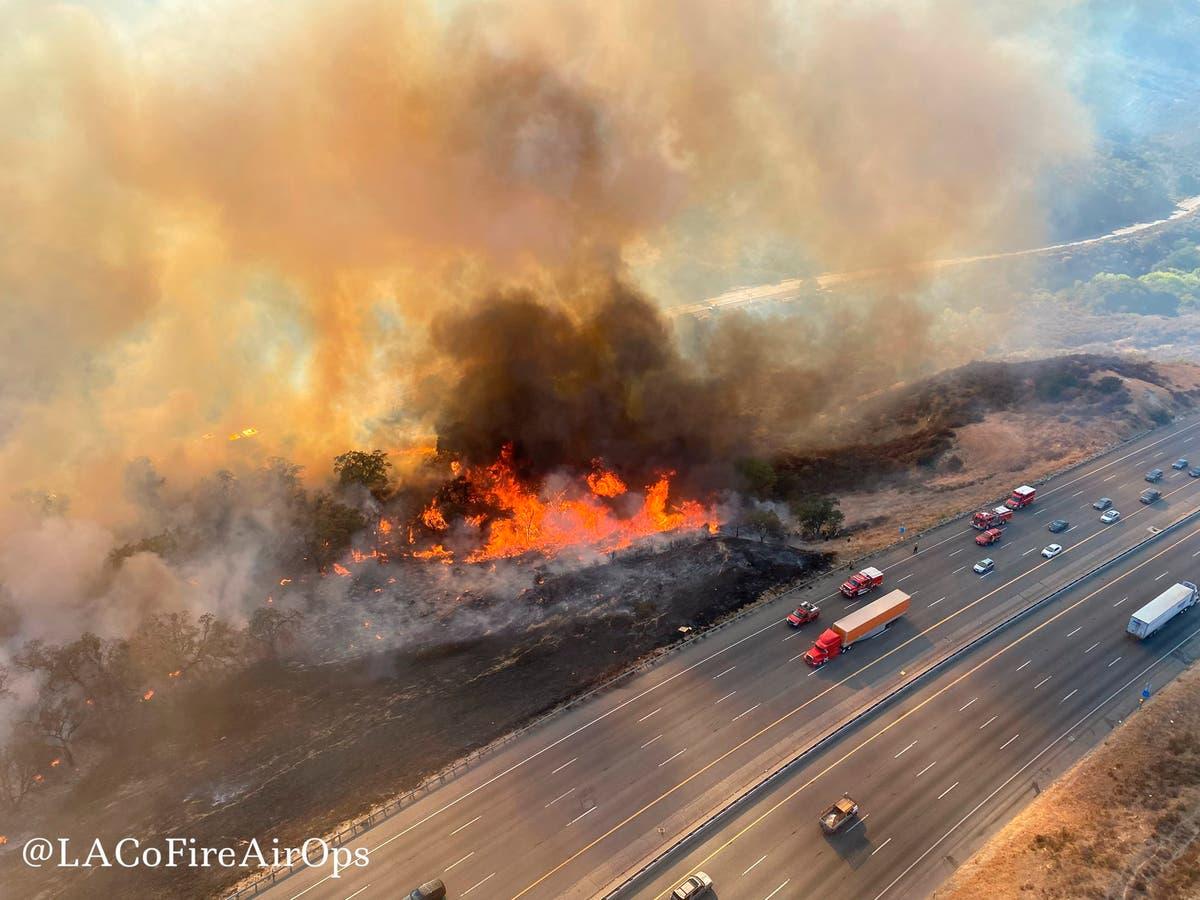 Wildfire tvinger nedleggelse av motorveien i Sør -California