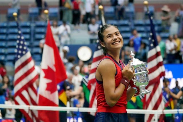 イギリス人選手エマ・ラドゥカヌ, ニューヨークで開催された全米オープンの女子シングルス決勝で優勝した全米オープン選手権のトロフィーを掲げる