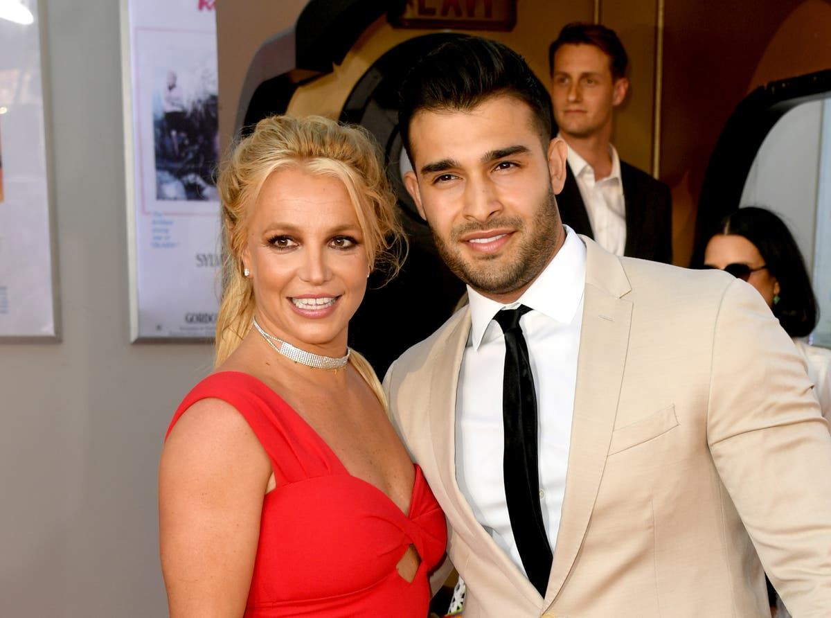Who will design Britney Spears' wedding dress?