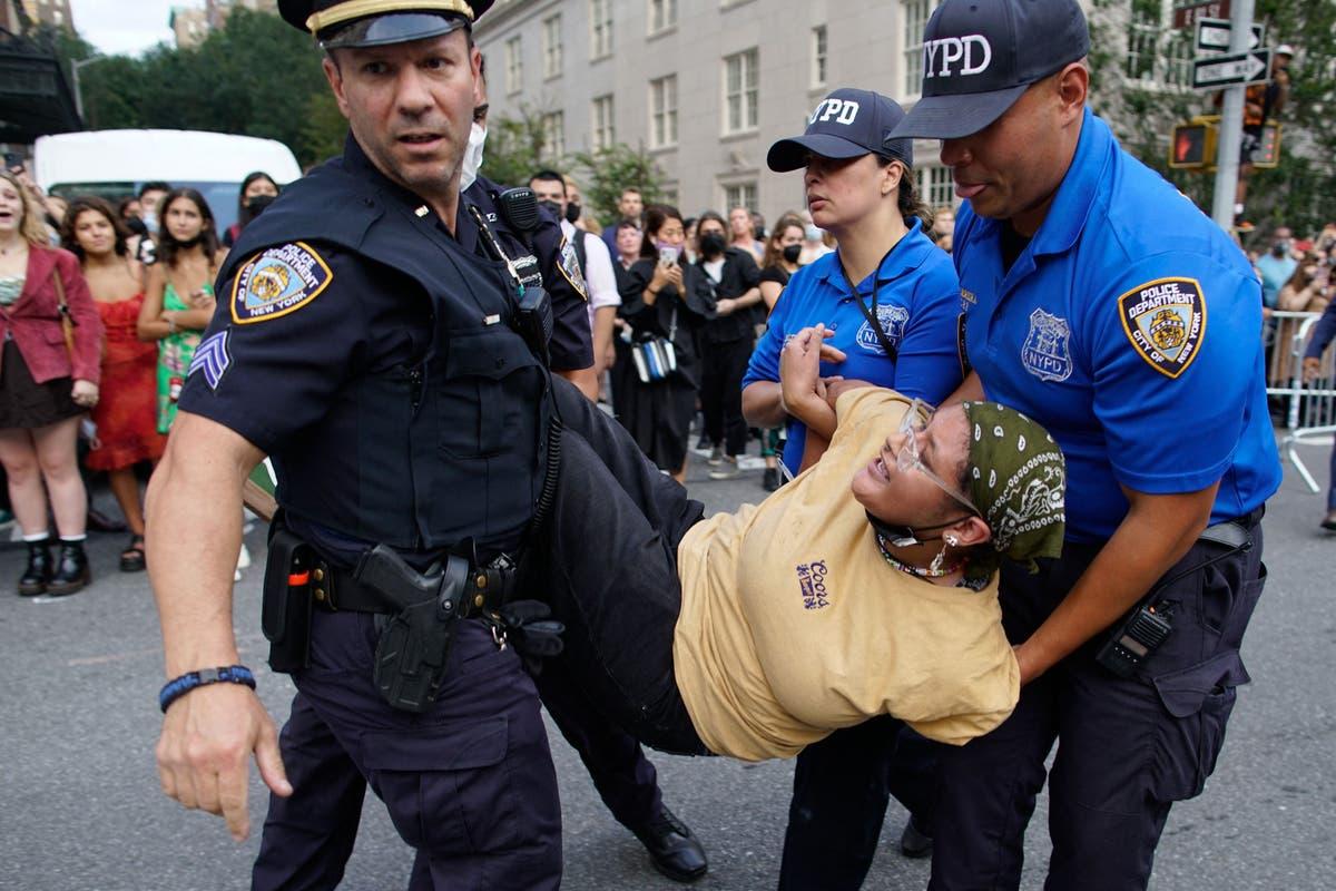 BLM抗議者の大群衆がメットガラの外に集まるにつれて行われた複数の逮捕