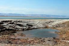 死海近くの水たまりが真っ赤になった後、ヨルダン当局が調査