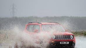 A chuva forte cobre o A149 perto de Kings Lynn em Norfolk
