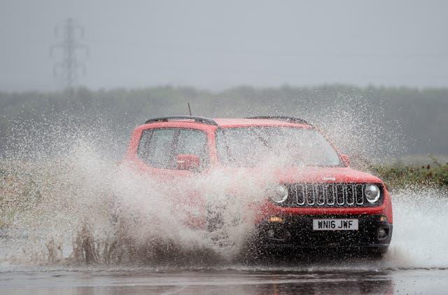 大雨がノーフォークのキングスリン近くのA149を覆っている