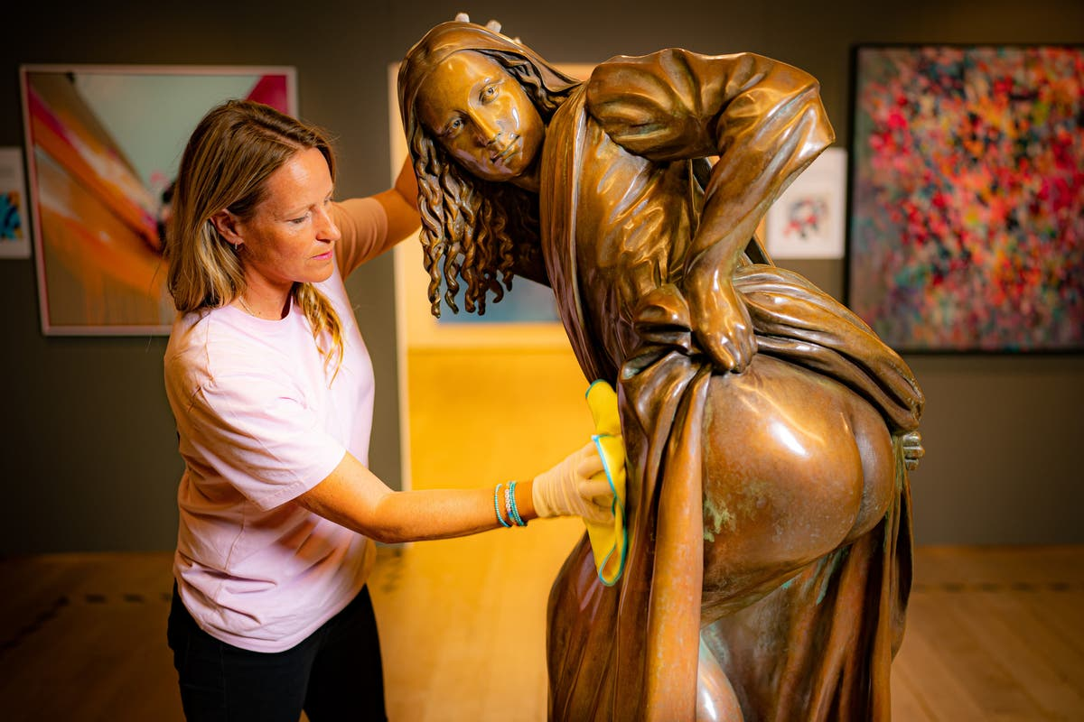 'Mooning Mona Lisa' statue displayed in Bristol