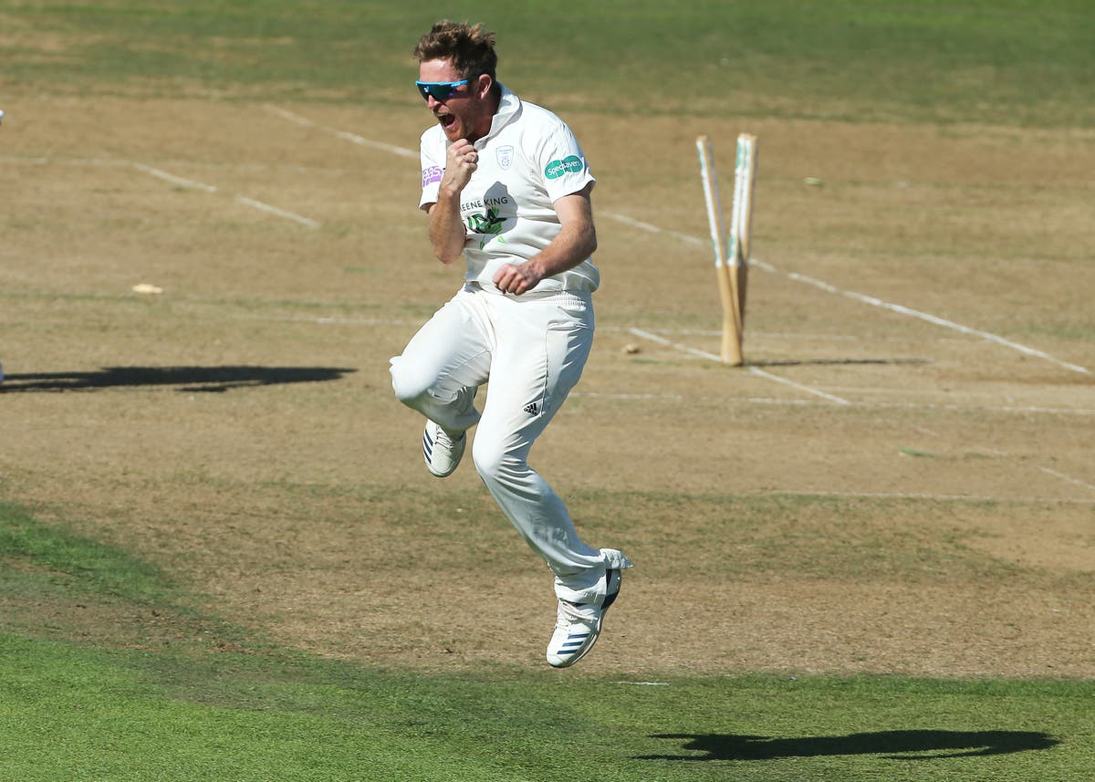 Liam Dawson spins Hampshire top as Lancashire keep up chase