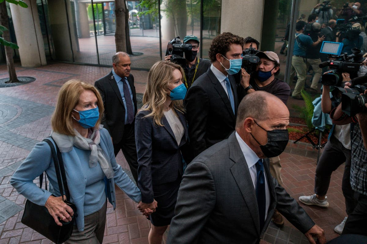 Father of Elizabeth Holmes' partner pretends to be regular citizen at trial