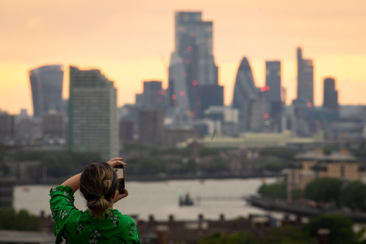 FTSE avoids big drop as oil and copper prices rise
