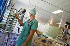 フランスは何千人ものワクチン未接種の医療従事者を無給で停止している
