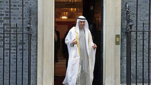 Sheikeh MOhammed bin Zayed Al Nahyan, líder de Abu Dhabi, sai de Downing Street após se encontrar com Boris Johnson