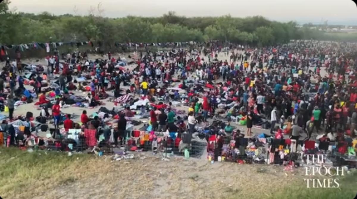 何千人もの移民がテキサス橋の下で国境警備隊の行動を待ってキャンプしている
