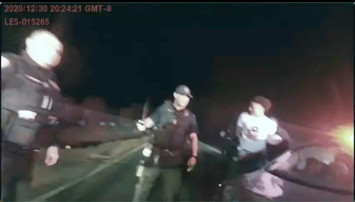 大陪审团起诉 2 警察因殴打黑人青少年而被解雇