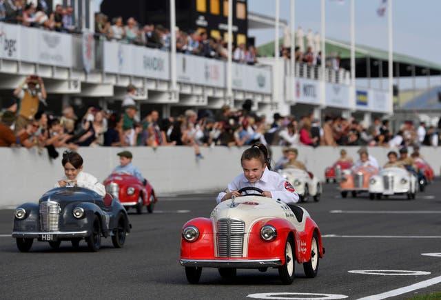 自動車愛好家がグッドウッドリバイバルに参加するので、子供たちはセトリントンカップペダルカーレースに参加します, グッドウッドでの3日間の歴史的なカーレースフェスティバル, チチェスター,