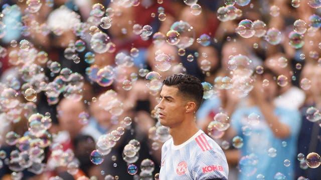 Bolhas cercam Cristiano Ronaldo do Manchester United antes da partida contra o West Ham no Estádio de Londres