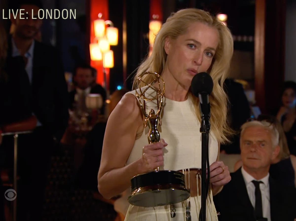 Gillian Anderson fortjener andre Emmy for å håndtere bisarre Margaret Thatcher -spørsmål