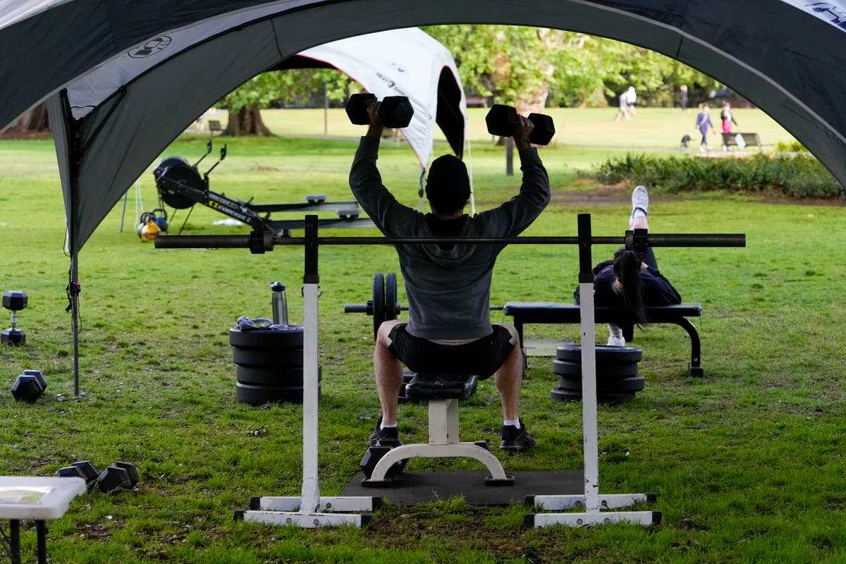 AP写真: Trainers beat Sydney lockdown with outdoor gyms