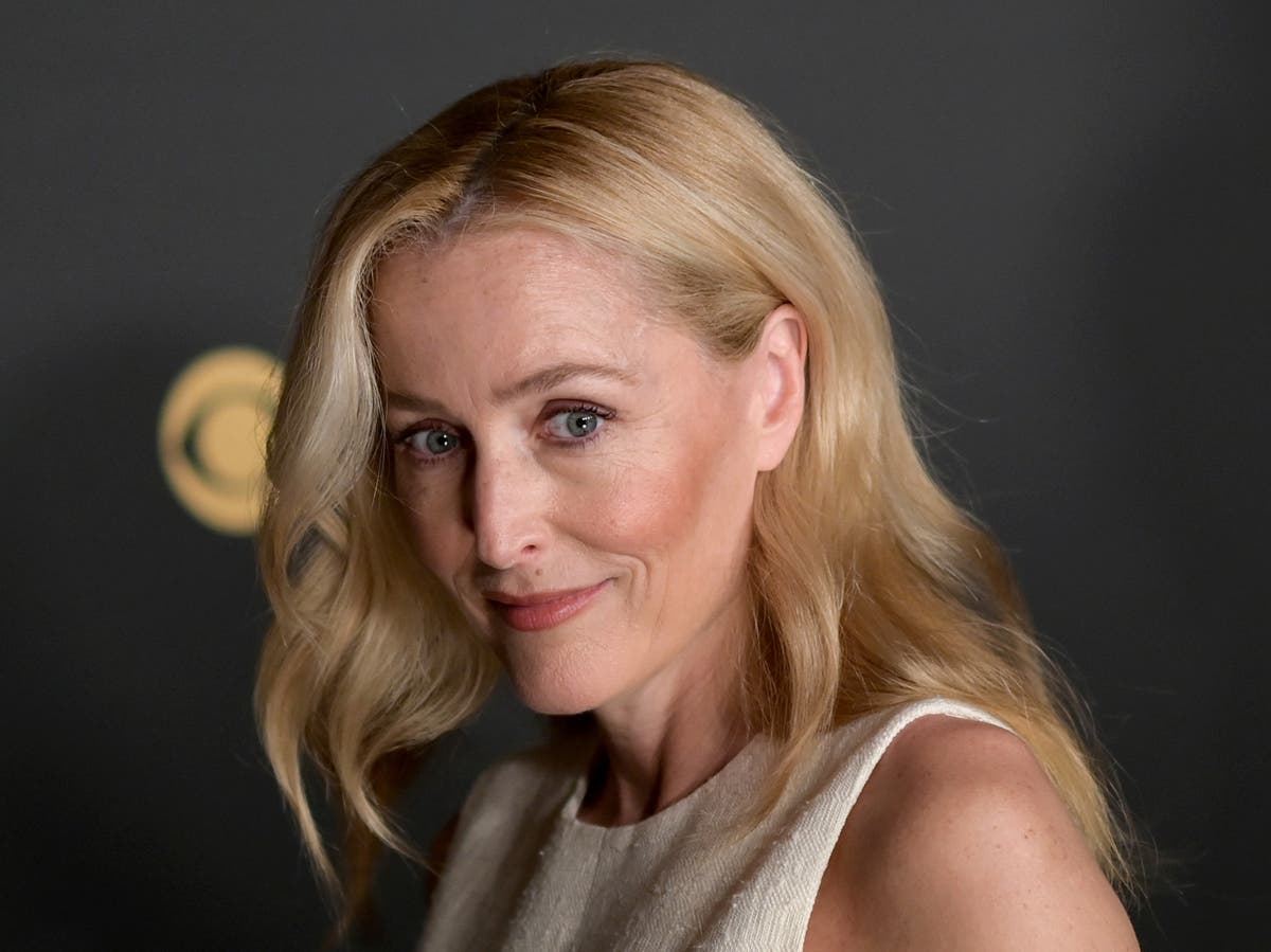 Why does Gillian Anderson switch between an American and British accent?