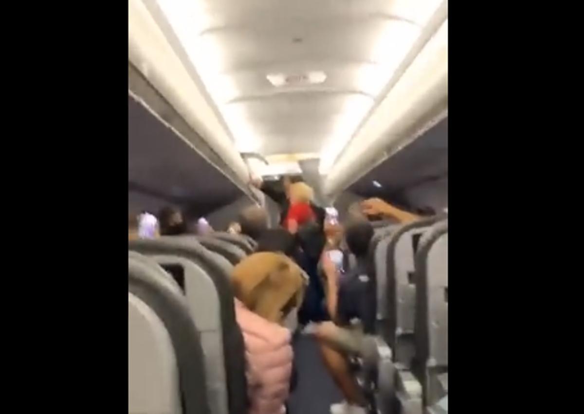 Drie mense het die vliegtuig van Miami afgeskop omdat hulle nie maskers gedra het nie