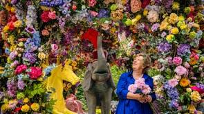 Bloemiste Judith Blacklock gee die laaste hand aan 'n blomkarrouselinstallasie in Halkin Arcade, wat sy saam met Neill Strain ontwerp het vir die Belgravia in Bloom -fees, loop vanaf September 20-26, in Londen