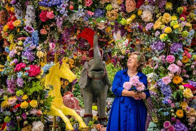 花屋のジュディスブラックロックは、ハルキンアーケードの花のカルーセルインスタレーションに最後の仕上げをします, 彼女はBelgraviainBloomフェスティバルのためにNeillStrainと一緒にデザインしました, 9月から実行 20-26, ロンドンで