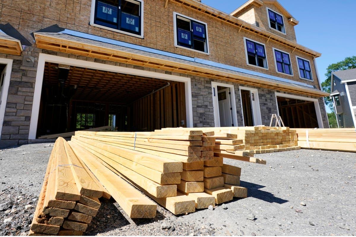 A inflação força as construtoras a irem devagar, aumentar os preços