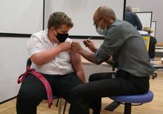 Aproximadamente 125,000 mortes evitadas por vacinas Covid na Inglaterra, figuras sugerem