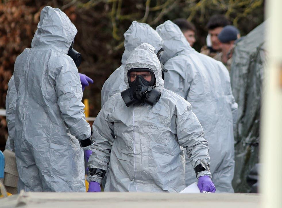 <p>化学防護服の捜査官は  2018 ソールズベリーノビチョク攻撃&lp;/p>