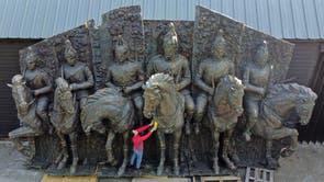 Gabriella Diment berei 'n monumentale brons gepatineerde veselglas muurskulptuur voor wat kavalleriesoldate te perd uitbeeld, wat na verwagting vir £ 12,000-18,000 verkoop sal word wanneer dit op die veiling op Summers Place Auctions in Billinghurst aangebied word., Kent