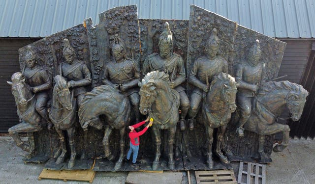 Gabriella Dimentは、馬に乗った騎兵隊の兵士を描いた記念碑的なブロンズの緑青ガラス繊維の壁の彫刻を準備します。これは、ビリングハーストのサマーズプレイスオークションでオークションにかけられると、12,000〜18,000ポンドで販売される予定です。, ケント